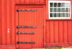 κόκκινο αγρόκτημα με το άσπρο παράθυρο Στοκ Φωτογραφία