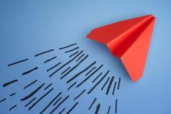 Κόκκινο αεροπλάνο εγγράφου σε ένα μπλε υπόβαθρο Στοκ Εικόνες