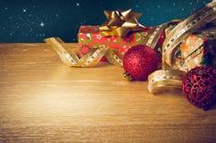 κόκκινο ακίνητο κρασί ζωής γυαλιού Χριστουγέννων κεριών Στοκ Εικόνες