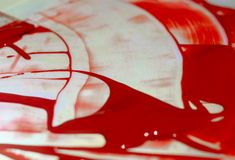 Κόκκινο ακρυλικό χρώμα χρώματος στον πίνακα έντονου φωτός Παλέτα στον πίνακα Ζωή καλλιτεχνών στοκ φωτογραφία