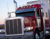 Κόκκινο αμερικανικό μεγάλης απόστασης μεγάλο ημι φορτηγό εγκαταστάσεων γεώτρησης με τα εξαρτήματα Στοκ φωτογραφία με δικαίωμα ελεύθερης χρήσης