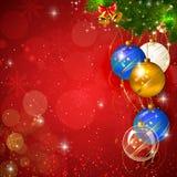 Κόκκινο λαμπρό υπόβαθρο Χριστουγέννων με το μπιχλιμπίδι Στοκ Φωτογραφία