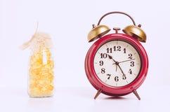 Κόκκινο αναδρομικό ρολόι ξυπνητηριού στον εκλεκτής ποιότητας τόνο Στοκ εικόνες με δικαίωμα ελεύθερης χρήσης