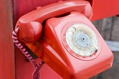 κόκκινο αναδρομικό τηλέφωνο Στοκ φωτογραφίες με δικαίωμα ελεύθερης χρήσης