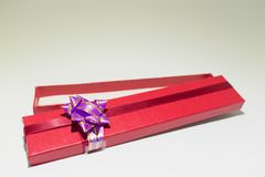 Κόκκινο ανοικτό κιβώτιο δώρων που απομονώνεται με το πορφυρό χτύπημα στοκ φωτογραφίες