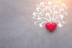 Κόκκινο αντικείμενο καρδιών με την άσπρη κατεύθυνση βελών σε πολύ κολλοειδές διάλυμα αγάπης τρόπων στοκ εικόνες