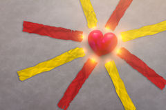 κόκκινο αντικείμενο καρδιών με τις κόκκινες και κίτρινες ετικέττες εγγράφου Στοκ Φωτογραφίες