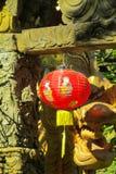 Κόκκινο ασιατικό φανάρι στον κινεζικό ναό στοκ εικόνες