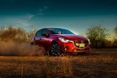 Κόκκινο αυτοκίνητο που ολισθαίνει στο έδαφος Στοκ Φωτογραφίες
