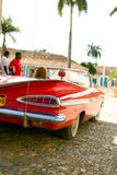 Κόκκινο αυτοκίνητο στην Κούβα Στοκ εικόνες με δικαίωμα ελεύθερης χρήσης
