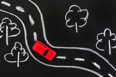 Κόκκινο αυτοκίνητο στο δρόμο κιμωλίας στοκ εικόνες με δικαίωμα ελεύθερης χρήσης