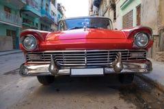 Κόκκινο αυτοκίνητο oldtimer στην Αβάνα Στοκ Εικόνα