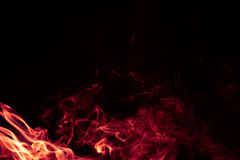 Κόκκινο αφηρημένο σχέδιο καπνού πυρκαγιάς στο μαύρο υπόβαθρο Στοκ φωτογραφία με δικαίωμα ελεύθερης χρήσης
