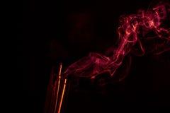 Κόκκινο αφηρημένο σχέδιο καπνού πυρκαγιάς στο μαύρο υπόβαθρο Στοκ φωτογραφίες με δικαίωμα ελεύθερης χρήσης
