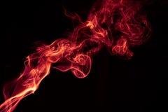 Κόκκινο αφηρημένο σχέδιο καπνού πυρκαγιάς στο μαύρο υπόβαθρο στοκ εικόνα με δικαίωμα ελεύθερης χρήσης