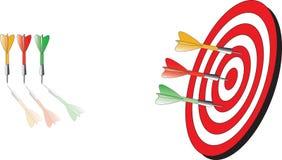 Κόκκινο βέλος που χτυπά τη μέση του dartboard Στοκ Φωτογραφία