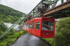 Κόκκινο βαγόνι εμπορευμάτων του σιδηροδρόμου αναστολής του Βούπερταλ Στοκ Φωτογραφία