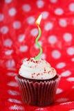 Κόκκινο βελούδο cupcake με το πράσινο κερί Στοκ εικόνες με δικαίωμα ελεύθερης χρήσης