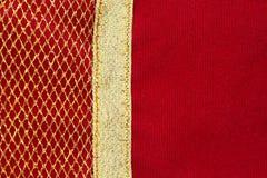 Κόκκινο βελούδου με το χρυσό καθαρό ύφασμα Στοκ Φωτογραφία