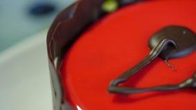 κόκκινο βελούδο κέικ Κέικ στην κόκκινη τήξη σε ένα σκούρο μπλε υπόβαθρο Κόκκινος στενός επάνω κέικ απόθεμα βίντεο