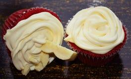 Κόκκινο βελούδο Cupcakes Στοκ φωτογραφία με δικαίωμα ελεύθερης χρήσης