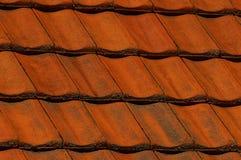 Κόκκινο βρώμικο επίστρωμα των βοτσάλων στη στέγη ενός σπιτιού κατοικιών Στοκ φωτογραφίες με δικαίωμα ελεύθερης χρήσης