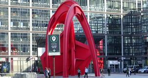 Κόκκινο γλυπτό από το Αλέξανδρο Calder στην υπεράσπιση Παρίσι Γαλλία Λα απόθεμα βίντεο