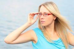 κόκκινο γυαλιών κοριτσι Στοκ φωτογραφίες με δικαίωμα ελεύθερης χρήσης