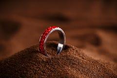 Κόκκινο δαχτυλίδι κοσμημάτων στοκ φωτογραφίες