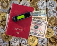 Κόκκινο διαβατήριο, υπόβαθρο νομισμάτων μετάλλων Αμερικανικά δολάρια λογαριασμών εγγράφου νομίσματα μετάλλων Χρυσό ασημένιο bitco Στοκ φωτογραφία με δικαίωμα ελεύθερης χρήσης