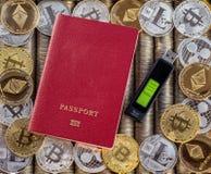 Κόκκινο διαβατήριο, υπόβαθρο νομισμάτων μετάλλων τα δολάρια ανασκόπησης μας απομόνωσαν λευκούς νομίσματα μετάλλων Χρυσό ασημένιο  Στοκ Εικόνα