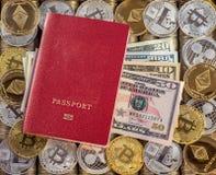 Κόκκινο διαβατήριο, υπόβαθρο νομισμάτων μετάλλων τα δολάρια ανασκόπησης μας απομόνωσαν λευκούς νομίσματα μετάλλων Χρυσό ασημένιο  Στοκ Φωτογραφίες