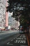 Κόκκινο διπλό κατάστρωμα σε μια στάση λεωφορείου στο κατοικημένο μέρος του Χονγκ Κονγκ στοκ εικόνα