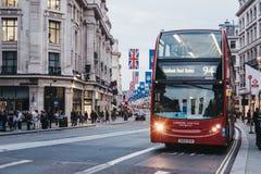 Κόκκινο διώροφο λεωφορείο στην οδό αντιβασιλέων, Λονδίνο στοκ φωτογραφία με δικαίωμα ελεύθερης χρήσης