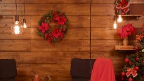 Κόκκινο δωμάτιο Χριστουγέννων με τα στοιχεία διακοσμήσεων απόθεμα βίντεο