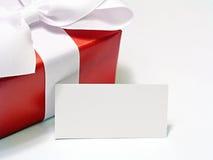 Κόκκινο δώρο με την ετικέττα Στοκ Φωτογραφίες