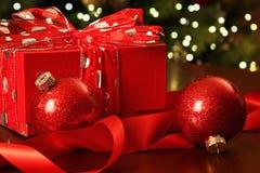 Κόκκινο δώρο Χριστουγέννων με τις διακοσμήσεις Στοκ εικόνες με δικαίωμα ελεύθερης χρήσης
