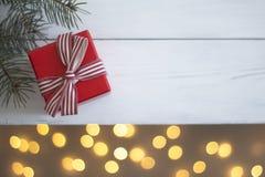 Κόκκινο δώρο Χριστουγέννων σε έναν άσπρο ξύλινο πίνακα στοκ φωτογραφία με δικαίωμα ελεύθερης χρήσης