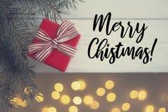 Κόκκινο δώρο Χριστουγέννων σε έναν άσπρο ξύλινο πίνακα στοκ εικόνες