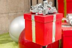 κόκκινο δώρων Χριστουγένν& στοκ εικόνες