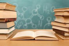 κόκκινο εκπαίδευσης έννοιας βιβλίων μήλων Στοκ φωτογραφία με δικαίωμα ελεύθερης χρήσης