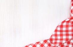 Κόκκινο ελεγμένο ύφασμα πικ-νίκ στο άσπρο ξύλινο διάστημα αντιγράφων υποβάθρου κενό, σχέδιο πλαισίων διαφημίσεων τροφίμων στοκ εικόνες με δικαίωμα ελεύθερης χρήσης