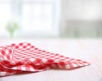 Κόκκινο ελεγμένο ύφασμα πικ-νίκ στο άσπρο ξύλινο διάστημα αντιγράφων υποβάθρου κενό, σχέδιο πλαισίων διαφημίσεων τροφίμων στοκ εικόνες