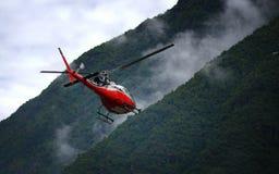Κόκκινο ελικόπτερο που αφήνει Tenzing†«Χίλαρυ Airport στοκ φωτογραφία