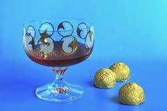 Κόκκινο ενωμένο με διοξείδιο του άνθρακα κρασί με τις καραμέλες Στοκ φωτογραφία με δικαίωμα ελεύθερης χρήσης