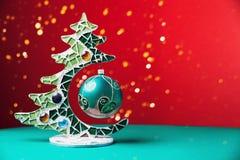 Κόκκινο εορταστικό υπόβαθρο Χαρούμενα Χριστούγεννας με το χριστουγεννιάτικο δέντρο στοκ φωτογραφία με δικαίωμα ελεύθερης χρήσης