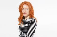 Κόκκινο επικεφαλής κορίτσι γυναικών με τη μακριά και λαμπρή κυματιστή τρίχα Όμορφη πρότυπη γυναίκα με το σγουρό hairstyle Κόκκινη στοκ εικόνες με δικαίωμα ελεύθερης χρήσης