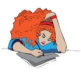 Κόκκινο επικεφαλής σγουρό κορίτσι που μελετά με το μολύβι και papper ελεύθερη απεικόνιση δικαιώματος