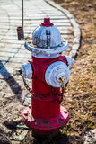 κόκκινο λευκό στομίων υδροληψίας πυρκαγιάς Στοκ φωτογραφία με δικαίωμα ελεύθερης χρήσης