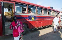 Κόκκινο λεωφορείο σε Tangalle Στοκ εικόνα με δικαίωμα ελεύθερης χρήσης